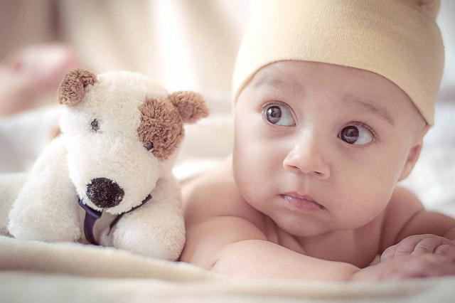 noworodek i maskotka
